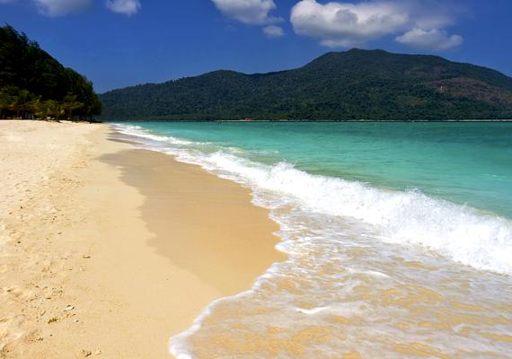 Ez igaz a thaiföldi Koh Lipére is, mely kristálytiszta vizével és édeni környezetével igazi gyöngyszem a tengeren.