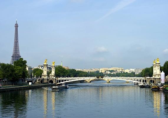Párizs utcái és fényei igazán hangulatosak egy szerelmes andalgáshoz, ráadásul a francia férfiak képesek bármelyik nőt elbűvölni sármjukkal.