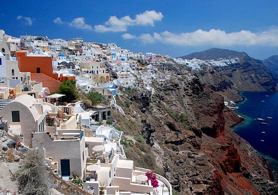 Santorini városa igazi pezsgő, görög életérzést sugall, mindig vidám emberekkel, nagy, közös evésekkel és természetesen tengernyi romantikával.