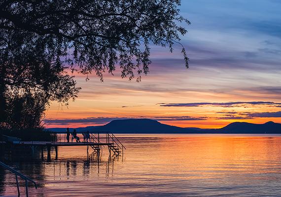 Az őszi naplemente csodás színei a magyar tengeren. A nagy felbontású képért kattints ide!