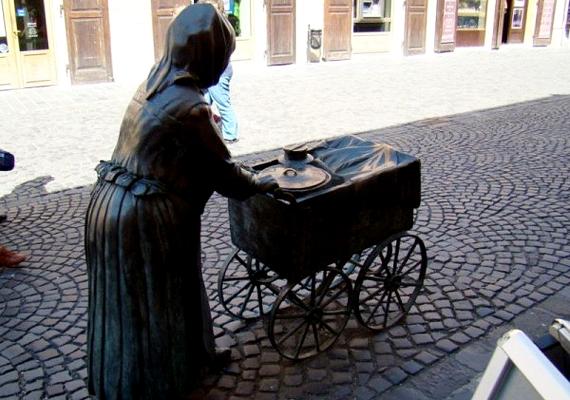 Nevét onnan kapta, hogy a kis kuliján többek között libafertály is rejtőzött, ám nem a múltja az igazi különlegessége a szobornak, hanem a hozzá kapcsolódó babona.
