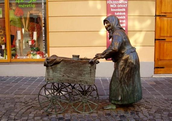 A székesfehérvári Fertályos asszony című szobor Kati nénit ábrázolja, aki a háború ideje alatt kis kocsijával járta az utcákat.