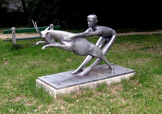 A Fiú kecskével című alkotás Veszprém szívében áll, a városlakók gyakran látogatják, ha valami miatt szerencsére vágynak.