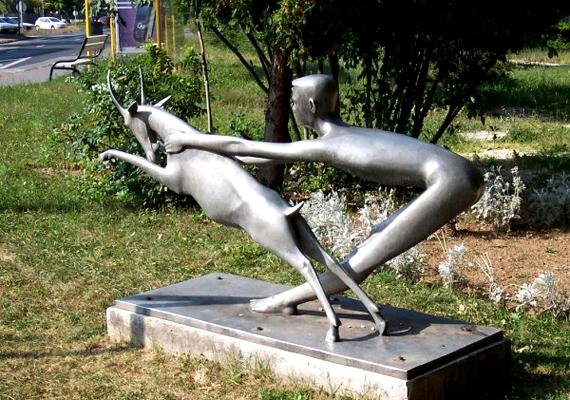 A Munkácsy-díjas Bors István által készített szobrot a helyiek nagy becsben tartják, nemcsak a diákok, hanem a tanárok körében is nagy népszerűségnek örvend, ha szerencséről van szó.