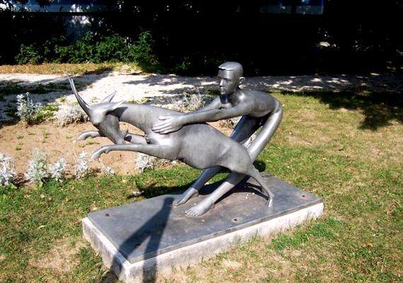 A szobor önmagáért beszél, a fiú éppen próbálja megfékezni a kecskét.