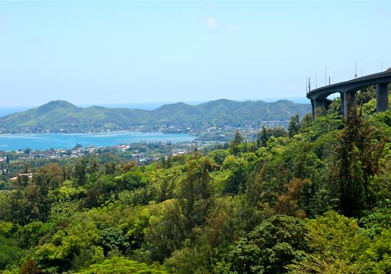 A kilátás magáért beszél, a Kaneohe-öblöt teljesen belátni a lépcsőkről. A hely a nevét egyébként az 1971-es Led Zeppelin-dal után kapta: Stairway to Heaven, azaz Lépcső a mennyországba.