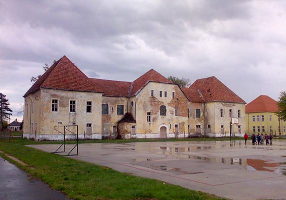 Amikor azonban az oroszok elhagyták az országot, az első katonai szerelvényük innen, Hajmáskérről indult el. Azóta az épületek üresen állnak, kitéve az idő és az időjárás okozta enyészetnek.