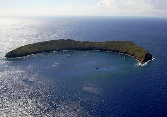 Valójában csak félig hamis, hiszen valóban található itt egy félhold alakú sziget, a csillag azonban csupán manipuláció.