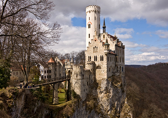 Mint ahogy a kastély is valódi, a németországi Lichtenstein-kastély létezéséről bárki meggyőződhet a saját szemével is.