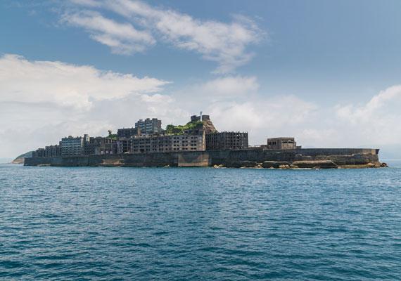 A sziget Nagaszaki városától 15 kilométerre található. Óriási falak veszik körbe, melyek szükség esetén a többméteres hullámoktól is megvédik.