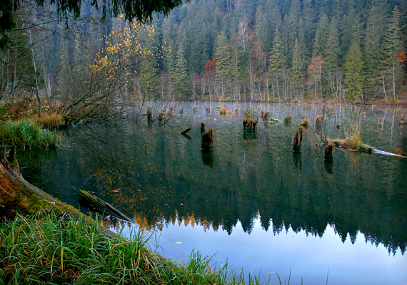 A facsonkjairól ismert, romániai Gyilkos-tó keletkezését földcsuszamlás okozta: a heves esőzések rántották magukkal a Gyilkos-kő területének és törmelékének jelentős részét, mások szerint viszont földrengésről volt szó. A legenda szerint egy pásztort és nyáját is maga alá temette az ár.