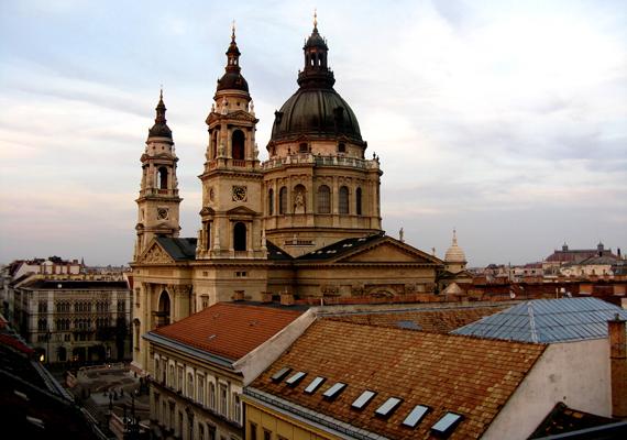 A Szent István Bazilika az ország egyik legszebb és legjelentősebb egyházi épülete, itt őrzik a Szent Jobbot is. A háttérképért kattints ide!