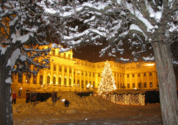 Bécs és a schönbrunni kastély karácsony idején fényáradatban úszik. A nagy felbontású képért kattints ide!