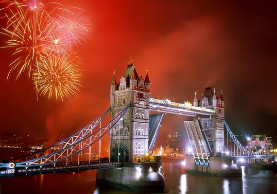 A londoni újévi tűzijátékra minden évben milliók kíváncsiak. A nagy felbontású képért kattints ide!