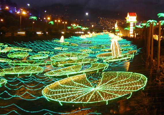 A kolumbiai Medellínben is divat a karácsonyi fényáradat, bár az itt ilyenkor is inkább egzotikus. A nagy felbontású képért kattints ide!