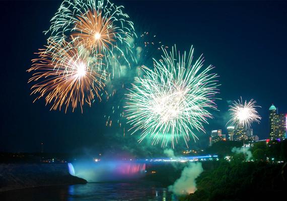 A Niagara-vízesés önmagában is gyönyörű, hát még újév idején. A nagy felbontású képért kattints ide!