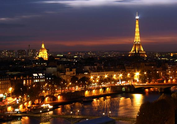 Párizs egész évben a fény városa, de karácsony idején még szebb. A nagy felbontású képért kattints ide!