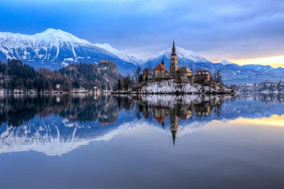 A Bledi-tó környéke és a hófedte Júliai-Alpok Szlovénia egyik legfestőibb vidéke, ami minden évszakban turisták tömegeit vonzza. Nem véletlen ez a szerelem: a tavat körülölelő erdők, a bledi vár és a tó szigetére épült zarándoktemplom is lélegzetelállító látványt nyújt.