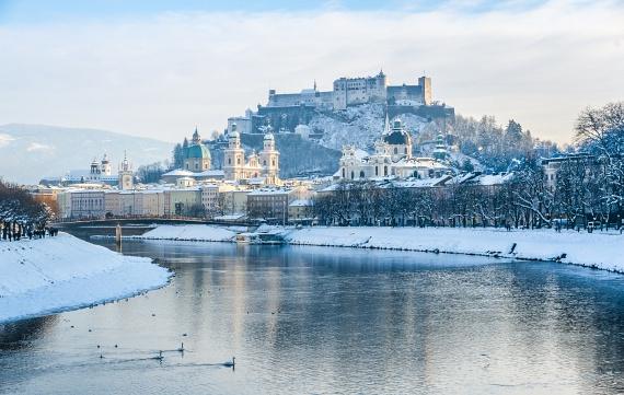 Ha Ausztriában kicsit távolabb merészkednél, akár a német határ mellett fekvő Salzburgot is megcsodálhatod. A barátságos város szinte érintetlen hegyek ölelésében bújik meg, belvárosa pedig Európa egyik legzöldebb központjának számít, amelyet a Salzach folyó szel át. Látnivalókkal teli óvárosát az UNESCO is világörökséggé nyilvánította.