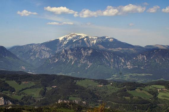 Ausztria hozzánk közel eső gyöngyszeme a Schneeberg, amely tiszta időben a nyugat-magyarországi magaslatokról is kirajzolódik, de Bécsből is látható. Az év nagy részében hósipkát viselő hegynek két csúcsa is van, a Klosterwappen és a Kaiserstein, lábánál pedig klasszikus osztrák hütte várja a látogatókat. Tökéletes hétvégi program lehet a családnak.