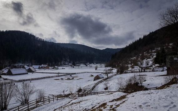 A kis székelyföldi falvak is gyönyörűek a hó leple alatt. Hargita vagy Kovászna megye tömbmagyar vidékei nélkülözhetetlenek a kulturális értékmegőrzésben, de a természet és az ember harmonikus kapcsolata is kézzelfogható. A képen a bájos Székelyvarságot láthatod, hátterében a Hargitával.