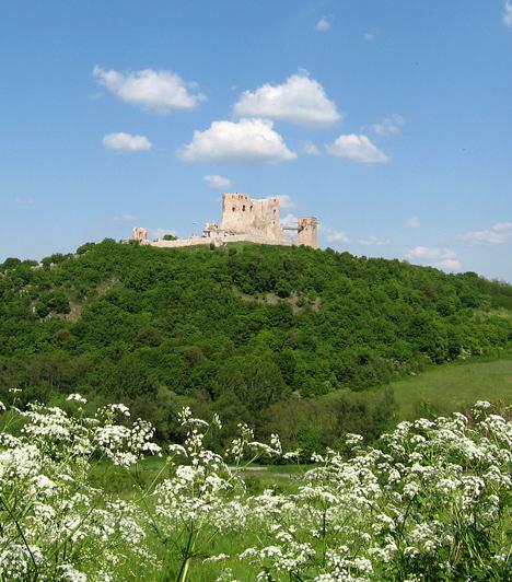 Cseszneki vár, Bakony                         Cseszneket nem véletlenül nevezik a Bakony gyöngyszemének. A tatárjárás után építtetett híres vára hazánk egyik legszebb részén, a hegység Győr és Zirc közötti lankáin foglal helyet. Az Esterházy grófok a 18. században barokk kastéllyá alakították át, egy földrengés, majd tűzvész következtében azonban a romok ma a 16. századi állapotot tükrözik.                         Kapcsolódó galéria:                         15 misztikus várrom Magyarországon »