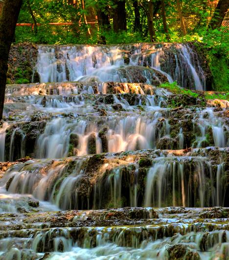 Fátyol-vízesés, Bükk                         A Fátyol-vízesés hazánk egyik leggyönyörűbb természeti csodája, egyúttal a Szalajka-völgy leghíresebb nevezetessége. A gyönyörű környezet is pillanatok alatt elvarázsol, csak úgy, mint a helyi élővilág gazdagsága vagy a vízesés teraszai, melyeken fátyolszerűen leomolva csobog le a víz.                         Kapcsolódó galéria:                         Az ország 10 természeti csodája »