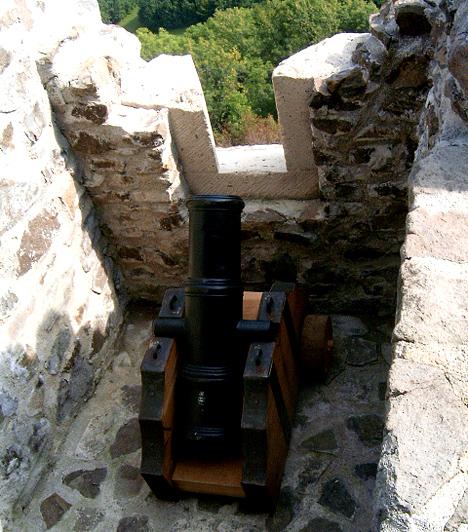 Füzéri vár, Zemplén                         A Zemplén keleti részén, 552 méteres magasságban fekvő, festő elhelyezkedésű várat nem könnyű megközelíteni, a titokzatos hangulat és a gyönyörű kilátás miatt azonban mindenképp érdemes. A 13. századi épület restaurálása 1977-ben kezdődött meg, bizonyos részei mára már látogathatóvá váltak.