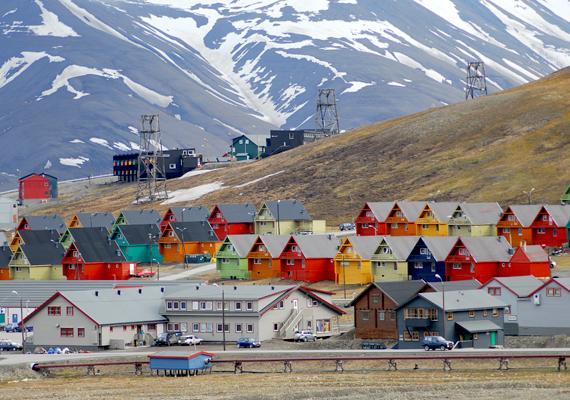 A Norvégiához tartozó szigetcsoport, a Spitzbergák fővárosa, Longyearbyen kivételes hely, itt ugyanis racionálisabb okok állnak annak hátterében, hogy tilos meghalniuk, pontosabban a szigeten temetkezniük a helyieknek. A fagy miatt ugyanis a holttestek konzerválódnak a földben, emellett a kemény talaj miatt a temetés is nehezen lenne megoldható.