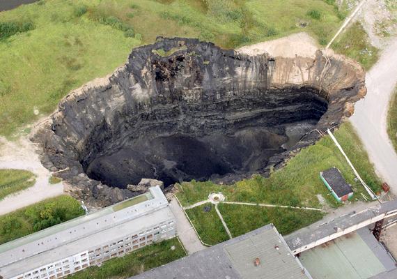 Az oroszországi Bereznikiben a bányászati tevékenység miatt nem ritka jelenség a víznyelők kialakulása, ami komoly veszélyt jelent a településre nézve.