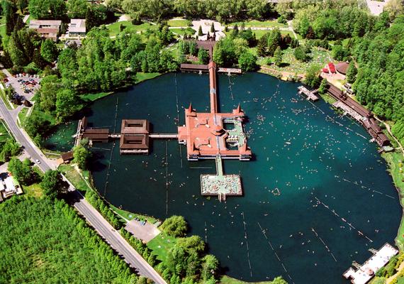 A világon sehol máshol nem található olyan kiterjedésű, tőzegfenekű, meleg vizes gyógytó, mint Hévízen. Ha többet szeretnél megtudni arról, mi rejlik a tó mélyén, kattints ide!
