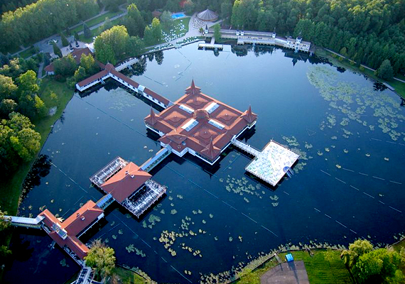 A Hévízi-tó egyike országunk legfontosabb természeti csodáinak. Ha szeretnéd tudni, még mely úti célok tartoznak a legszebbek közé, kattints ide!