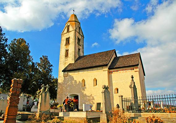 Az Egregy városrészben található Árpád-kori templom Szent György-energiavonalak találkozásánál fekszik, és régóta szakrális helyként ismert, nem csoda hát, hogy a környékbeliek a harangtoronyba is képesek felmászni egy kis energiáért. Délelőtt kezedet a föld felé tartva, délután pedig az ég felé tartva érezheted az energia áramlását. Bár jelenleg felújítás alatt áll, 2014. október 1-től ismét látogatható a templom.