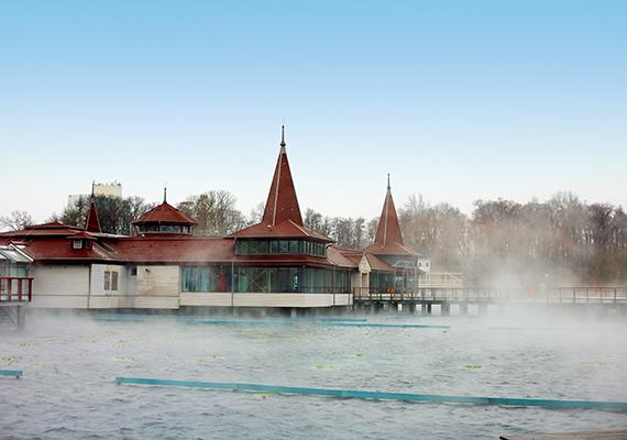 A tó öntisztulása rendkívül jó, a víz hőmérséklete pedig mindig kellemes: nyáron 33-35°C, míg ősszel és télen 24-26°C. A tó vize ásványi anyagokban - kalcium, magnézium, kén - gazdag, valamint enyhe radont tartalmaz. Mélysége átlagosan 1,5-2 méter, legmélyebb pontja 38 méter, ami a forrásnál található.