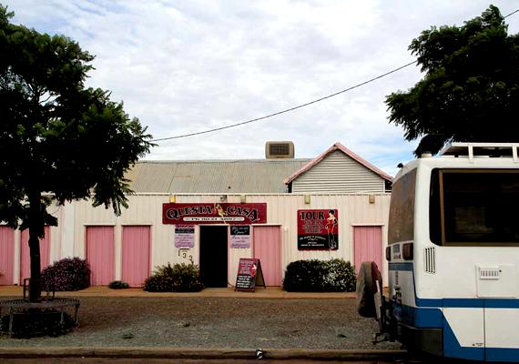 Az ausztráliai Kalgoorlie azt a kétes címet tudhatja magáénak, hogy az egyetlen olyan bordélymúzeum a világon, ahol máig élnek a hagyományok: a történelmi múlt látnivalóin kívül hivatásos örömlányok várják a látogatókat.
