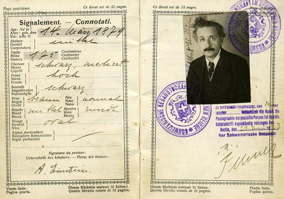 Albert Einstein ikonikussá vált hajviselete ezen az útlevélfotón is visszaköszön.