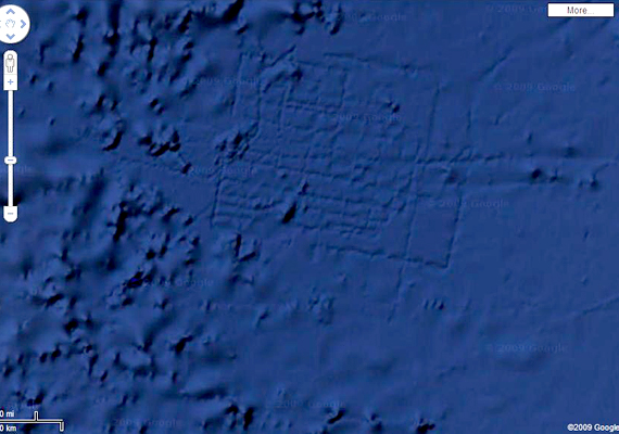 Az Afrika partjai mellett felfedezett furcsa vonalak láttán sokan úgy vélték, egy elsüllyedt város részletei, utcái rajzolódnak ki. Vannak, akik máig Atlantiszként emlegetik a találatot, holott a Google Earth munkatársai elmondták, a vonalak digitálisan jöttek létre az adatgyűjtést végző hajók jóvoltából.