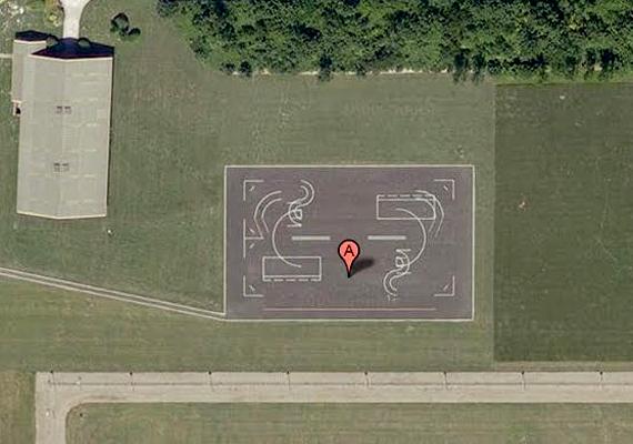 Az angliai Norwich közelében látható alakzatokhoz hasonló rajzolatokat több brit és amerikai légitámaszponton is felfedeztek már. Bár az illetékesek állítják, motorospályákról van szó, az összeesküvés-elméletek szerelmesei földönkívüliek leszállópályáiról beszélnek.