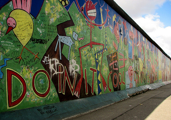 A Berlini fal a világ egyik leghíresebb és leghírhedtebb építménye. A Kelet- és Nyugat-Németországot elválasztó falon mintegy ötezer ember akart átszökni, mely kísérletek közül a becslések szerint kétszáz is halállal végződhetett. Bár a vasfüggöny 1989-ben leomlott, a fal maradványai több helyen is láthatók.