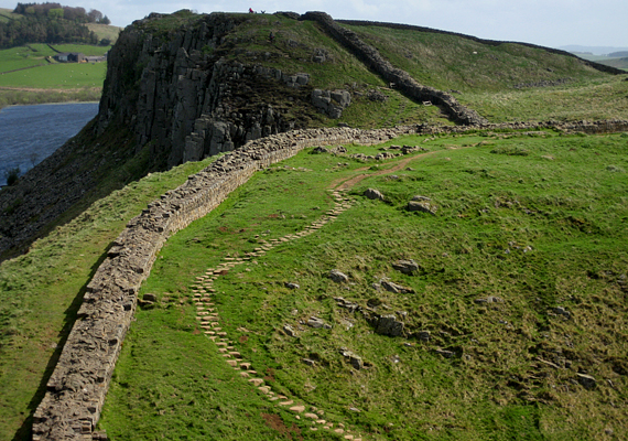 Hadrianus falát a rómaiak építették, hogy megvédjék Britanniát a skót törzsektől. Az egykor 117 kilométer hosszú falnak ma már csak néhány szakasza látható, azok azonban annál népszerűbbek a turisták körében.