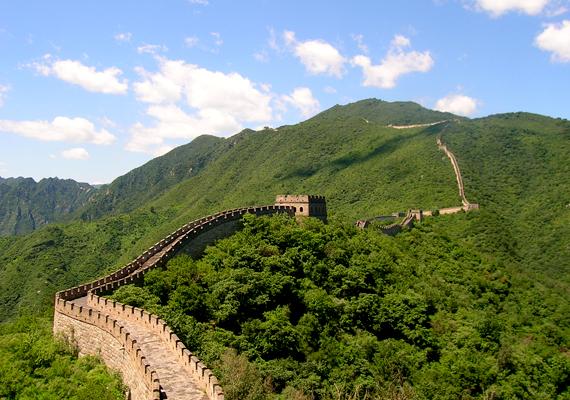 A Kínai Nagy Falat a korabeli kínaiak a nomád törzsek támadásai ellen hozták létre. A legmegdöbbentőbb, hogy teljes mérete egyes feltételezések szerint a 8800 kilométert is elérheti.