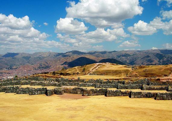 Sacsayhuaman, a híres és titokzatos inka fal a perui Cuzco közelében található. Olyan hatalmas köveket mozgattak meg létrehozásakor, illetve olyan precizitással, hogy sokan azt hiszik, nem evilági lények építették fel. Ha többet akarsz tudni róla, kattints ide!
