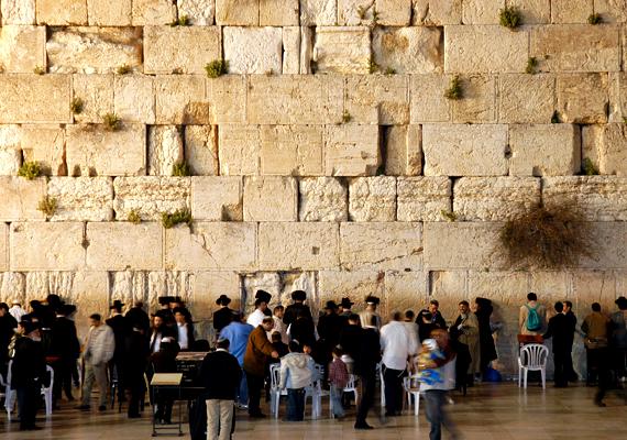 A jeruzsálemi Siratófal, más néven a Nyugati fal az egyik legfontosabb és legszentebb zsidó vallási zarándokhely. A Siratófal elnevezést onnan kapta, hogy a fal felé fordulva gyászolták az itt imádkozók régi templomukat.