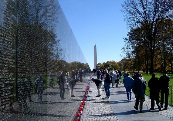 A Vietnami veteránok fala az egyik leghíresebb emlékhely Washingtonban. A hosszú gránitfalon 58 256 név szerepel.