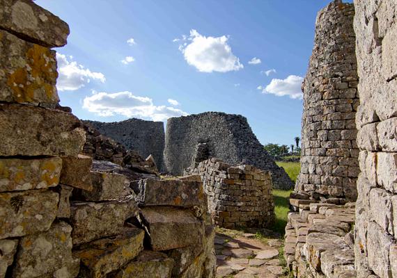 Az afrikai Nagy-Zimbabwe ősi városának megépítését az összeesküvés-elméletek szintén szívesen kötik a földönkívüliekhez. A mai romvárosnak egykor 18 ezer lakója lehetett, a Szaharától délre pedig ez és falai jelentették a leghatalmasabb ókori építményt.