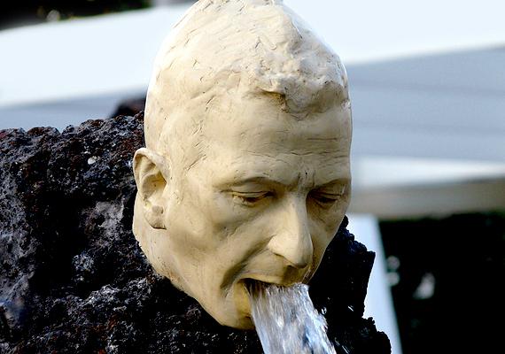 Londonban található Klaus Weber szökőkútja, melynek száján át távozik a víz.