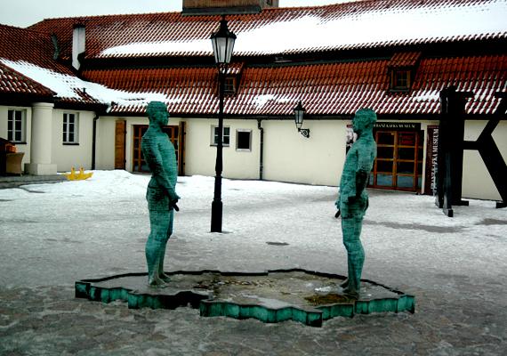A botrányos alkotásairól híressé vált David Cerny tervezte a híres pisilő férfiakat, melyek a prágai Kafka-múzeum előtti teret teszik sokak számára kihagyhatatlanná.