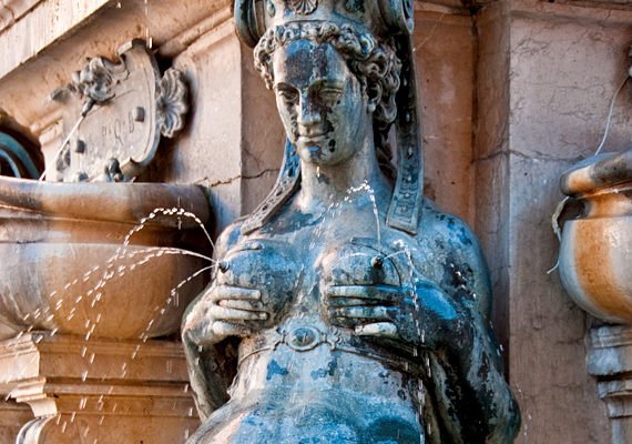 A Neptune-szökőkút az olaszországi Bolognában található. Csúcsán Neptunusz szobra látható, alatta azonban négy nőalak. A víz utóbbiak pucér melléből folyik ki.