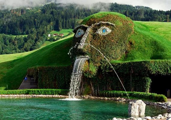 A Swarovski-kristályokat gyártó cégnek az ausztriai Wattensban múzeuma és egy nagyobb kertje is található: itt építették meg a hatalmas, fejet formázó szökőkutat.