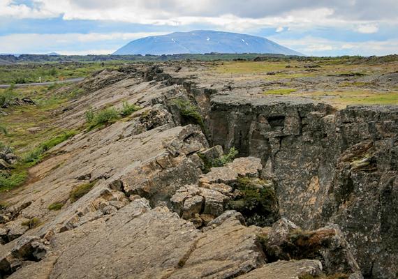 Izland egyike a bolygó azon tájainak, melyek jelenleg is látványosan formálódnak. A képen a híres Grjótagjá-törés látható.